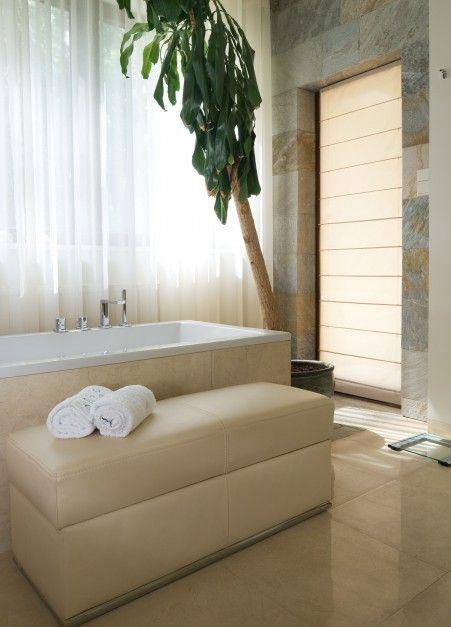 http://www.dobrzemieszkaj.pl/lazienka/wnetrza/112/lazienka_w_cieplych_kolorach_przestrzenny_salon_kapielowy,101041-116161.html
