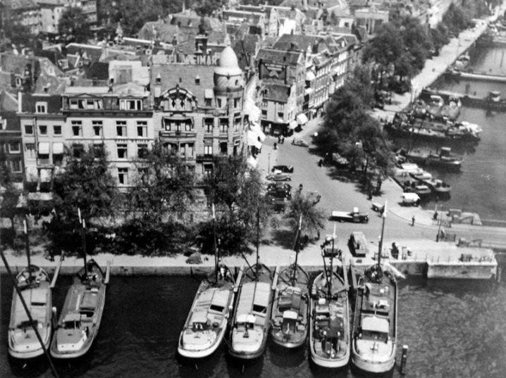 De Oudehaven en Spaansekade met op de hoek hotel Weimar in 1938. Rechts zie je de noordzijde van het Haringvliet. De foto is gemaakt door Jan Retel en de foto komt uit het Stadsarchief Rotterdam.