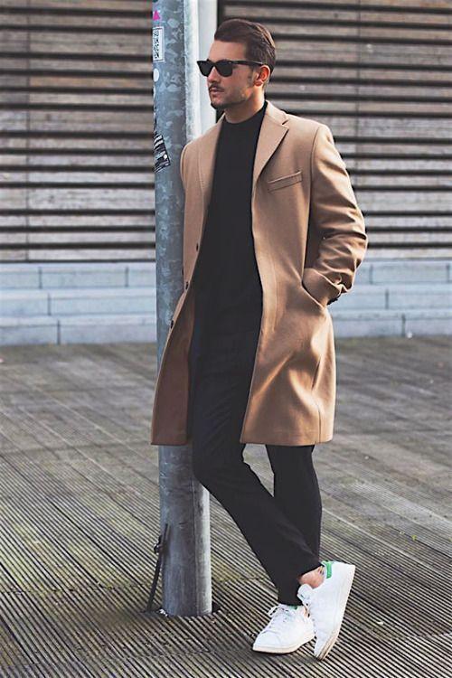 キャメルベージュチェスターコート,黒ニットセーター,ブラックパンツ、白スニーカーコーデメンズ着こなし