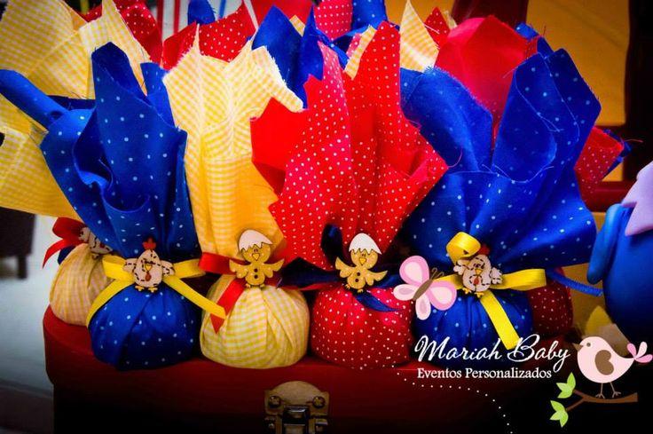 Trufas decoradas com tecido tema galinha pintadinha | Festa infantil | Festa galinha pintadinha | Decoração by Mariah festas
