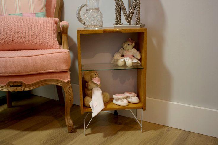 A mini estante foi feita com uma gaveta, pés de mão francesa e uma divisória de vidro.