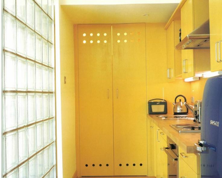 유리창으로 되어있는  밝은 벽면이 인상적이다.  빛을 자연스럽고  부드럽게 반사하는   노랑의 성질을 이용해  부엌을 생명의 공간으로  만들었고,  역시 단조롭고  지겨울 수 있는 장소를  파란색의 냉장고를 통해  눈의 피로를 덜어주었다