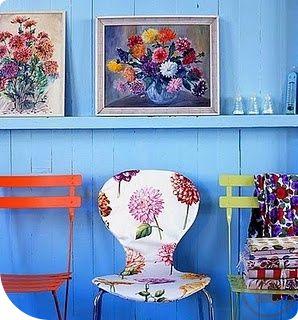 Un fondo Azul con sillas Vintage en primera plana para un ambiente joven y moderno