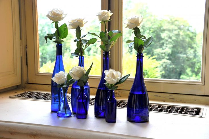Roses blanches dans des vases bleus