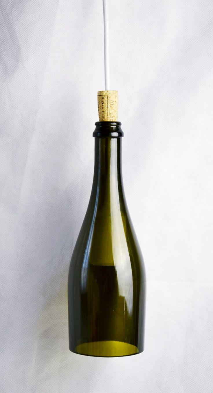Lampadario in bottiglia di vino upcycle