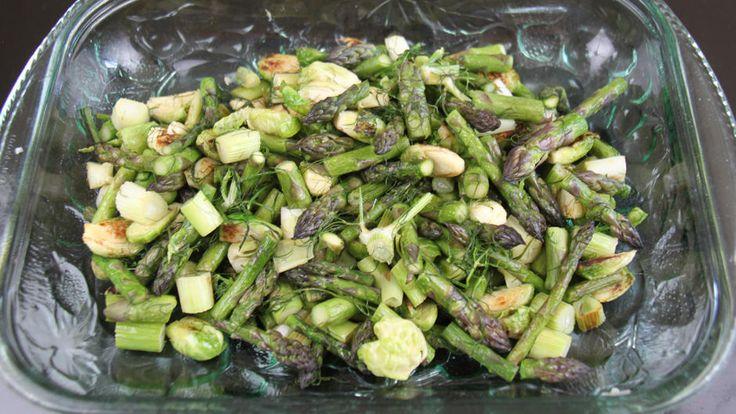 Lav denne opskrift på en anderledes og lækker salat, som er lavet med rosenkål, grønne asparges og fennikel. Lav salaten som lækker tilbehør til aftensmaden.