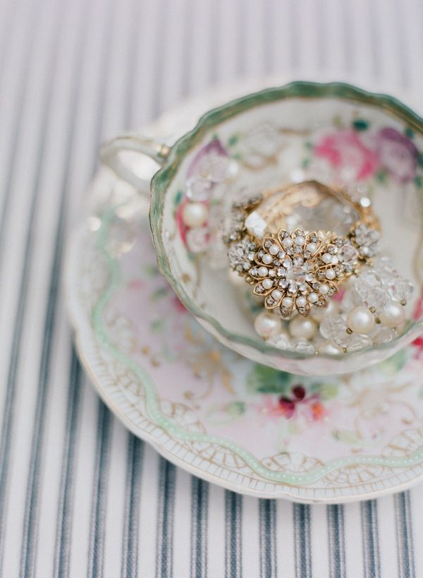 vintage choker, tea cup, photo: beaux arts
