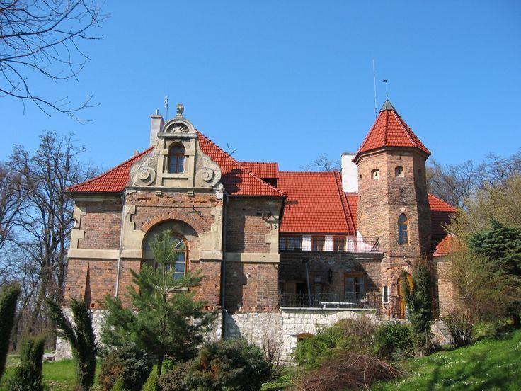 Dwór w Michałowicach. Zaprojektował go w latach 1892–1897 dla rodziny Dąbrowskich krakowski architekt Teodor Talowski. Znany z oryginalnych pomysłów – i to nie tylko na polu zawodowym – porównywany był często do Gaudiego. Obecnie - własność prywatna.