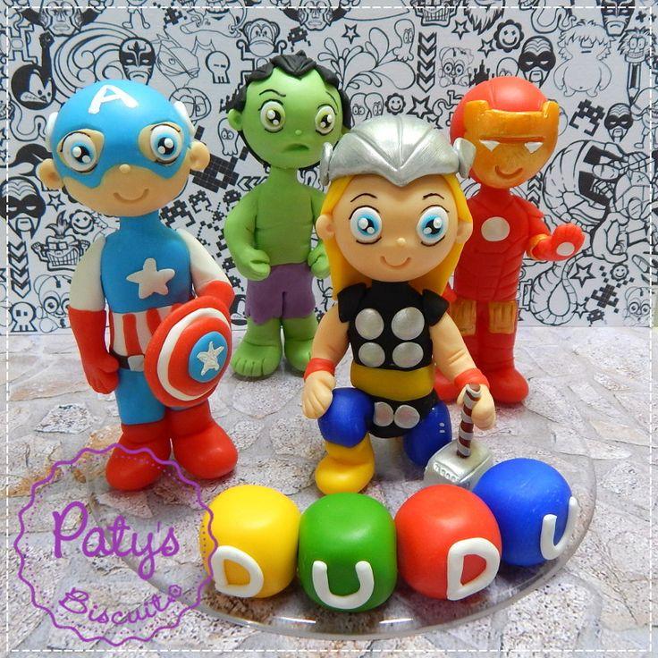Topo de bolo Vingadores: Thor, Capitão América, Hulk e Homem de Ferro, mais nome nos bloquinhos (até 6 letras). <br> <br>Produto sob encomenda. Valor unitário. <br>Material: biscuit; base acrílica redonda. Altura : 12cm <br> <br>Antes de encomendar, não esqueça de conferir as políticas da loja (http://www.elo7.com.br/patysbiscuit/politicas ), e de entrar em contato para consultar disponibilidade na agenda!