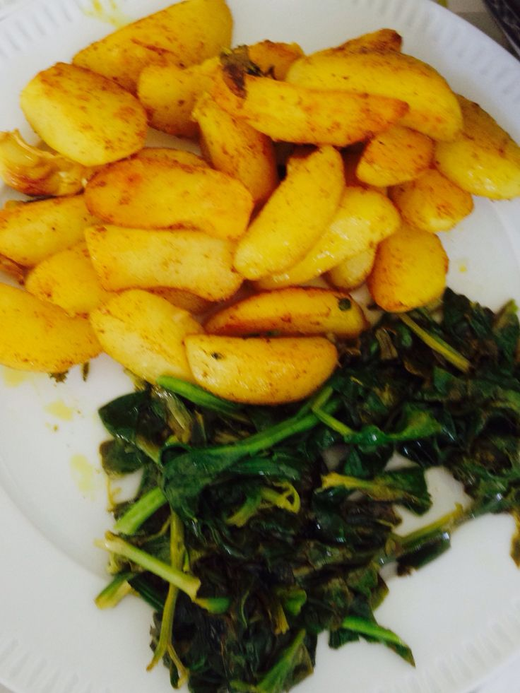 Garlicky spinach wit olive oil and roasted yellow curry potatoes