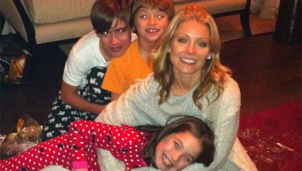 https://www.biphoo.com/celebrity/kelly-ripa/news/kelly-ripa-posts-sweet-photos-of-daughter-lola-consuelos-hugging-her-brothers-so-cute