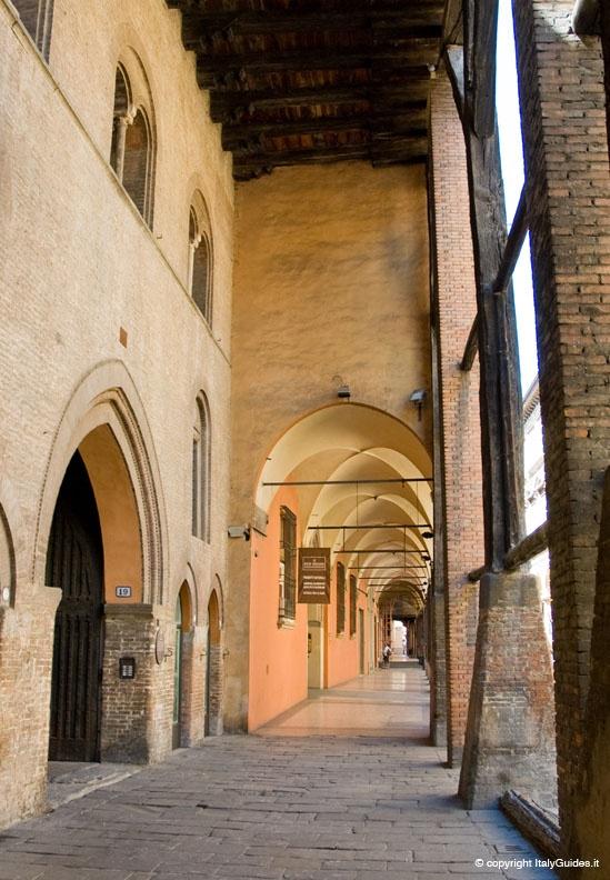 Bologna via santo stefano (sul soffitto ligneo ci sono ancora le frecce del 1200! :-D)