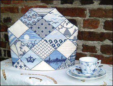526-9892 Broderi pakning - The hætte - Blå deko Str. 30 x 35 cm. Broderes med korssting på Hør med 10 tr. pr. cm.  efter tællemønster. Pakken indeholder instruktion, stof, mønster, garn og en nål.