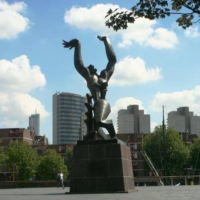 'De verwoeste stad' van Zadkine. De vooroorlogse Rotterdamse Bijenkorf, midden op het huidige Churchillplein, werd tijdens WOII zwaar beschadigd. De Bijenkorf werd in het hart geraakt en letterlijk doormidden gebombardeerd.   De Bijenkorf heeft met het beeld ook zijn eigen honderden doden willen eren (De Bijenkorf was een joods bedrijf), Een volle generatie na de bevrijding werd toch nog een plaquette op het voetstuk aangebracht die voor altijd de Bijenkorf als gever in herinnering moet…