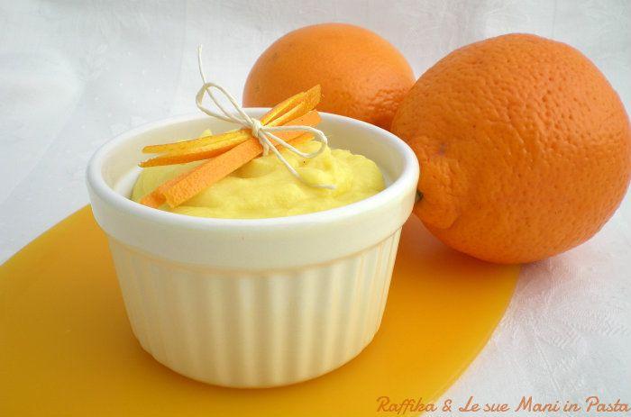 La crema all'arancia si può annoverare tra le ricette base della cucina italiana e il periodo indicato per prepararla è proprio la stagione delle arance.