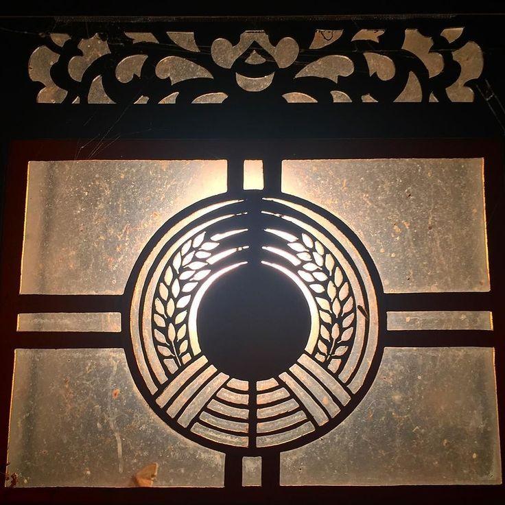 Вечером в Фусими Инари Тайся #Киото #Япония #путешествия #гуляем #вечер #тени #тенитени #светсвет #рис #герб #фонари