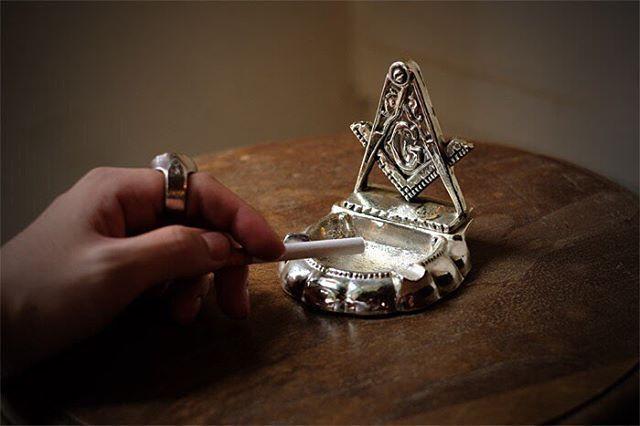 色々な噂や都市伝説はさておき、このモチーフを見てしまうと欲しくなる。一言で言うとイケてる。  #freemason #masonic #ashtray #ornament #nickel #brass #vintage #goods #interior #フリーメイソン #灰皿 #置物 #グッズ #ニッケル #ブラス #ヴィンテージ #秘密結社