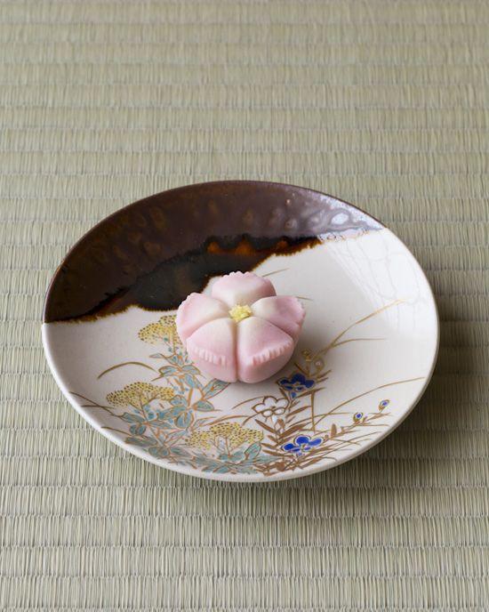 枯野に咲く撫子は可憐なだけでなく、つよさも感じます。  菓=撫子/聚洸(京都)  器=色絵秋草文皿 永楽妙全作 明治時代