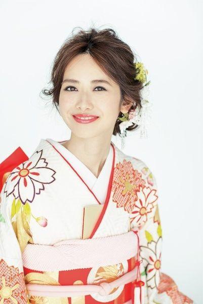 白地に桜柄の振袖につまみかんざしを合わせて可愛らしく/Front
