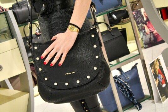 •TWIN-SET SIMONA BARBIERI• SALDI Utilizzata sulle passerelle di tutto il mondo, la borsa a tracolla è un accessorio che non passa mai di moda   Scoprila qui > http://goo.gl/EB6GTn   #twinset #borse #tracolla #donna #woman #nera #bags #twinsetbags #borchie
