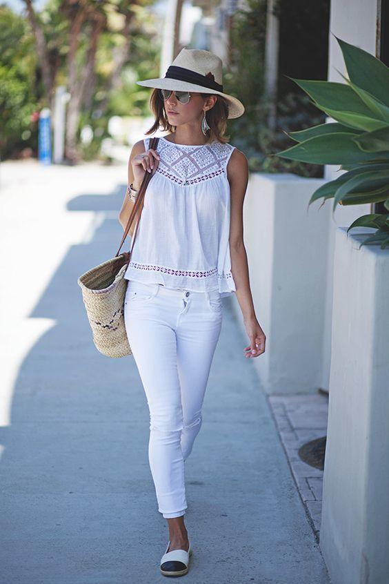weißes ärmelloses Oberteil aus Häkel, weiße enge Jeans, weiße und schwarze Espadrilles, hellbeige Shopper Tas – SARAHVONH