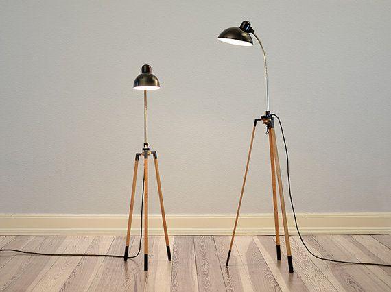 Stativ-Lampe aus hochwertigem Eichenholz gefertigt. Zu finden bei Etsy.