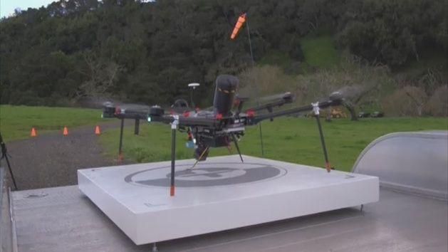 Los drones también tienen sus enemigos y son otros drones. Los organismos que velan por nuestra seguridad proponen mecanismos para abatirlos si fuera necesario. Eso es lo que está diseñando Silicon Valley en Estados Unidos. Es una de las 70 empresas encargadas de diseñar drones para cazar drones.