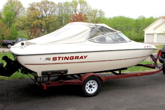 19 feet  1998 Stingray RS190 Ski and Wakeboard Boat , cream/burgundy for sale in Blaine, MN