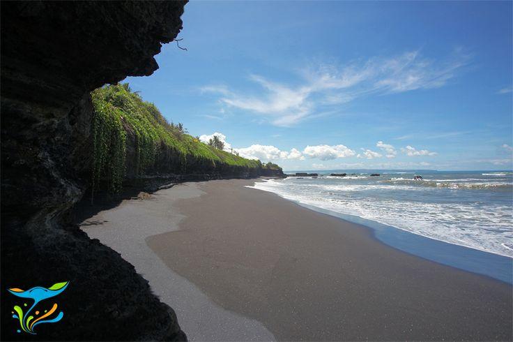 Beginilah suasana pantai tropis yang sesungguhnya. Kombinasi serasi antara hijau dan biru.