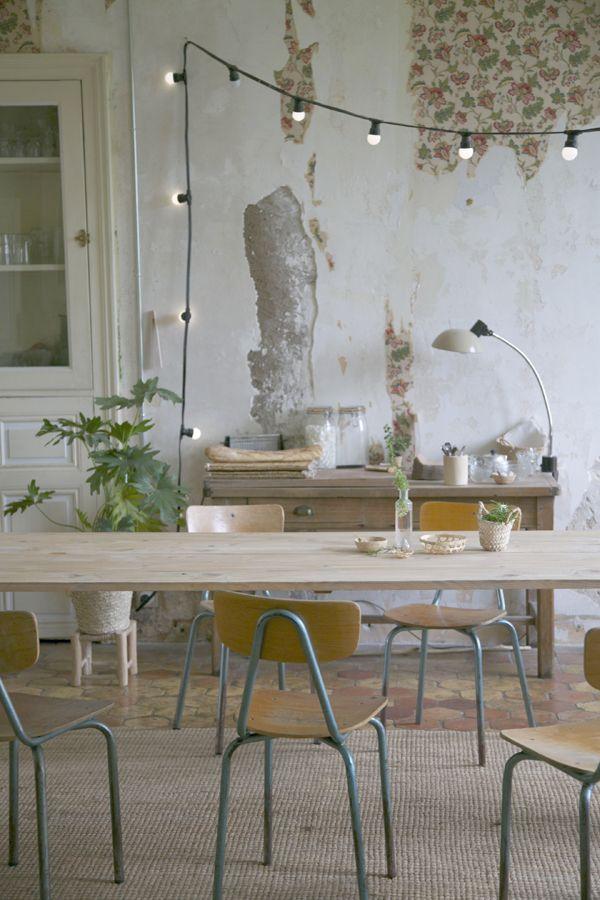 les petites emplettes = accessoirisation de lieux de vie. salle à manger fonctionnelle avec pots en bois pour les couverts, sets lavables en fibres naturelles, paniers pour les plantes, chaises chinées, etc. http://www.lespetitesemplettes.com/fr/