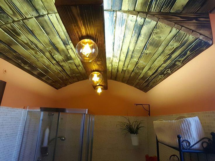 Soffitto in legno e lampadario vintage