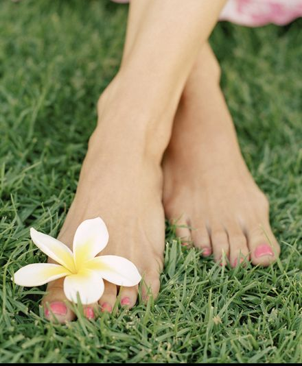Si quieres conseguir una exfoliación natural para tus pies, puedes preparar tu propia fórmula casera: mezcla en la palma de la mano una cucharada sopera de aceite de almendra y una cucharadita de azúcar. Y ahora, ¡sólo tienes que exfoliar los pies!