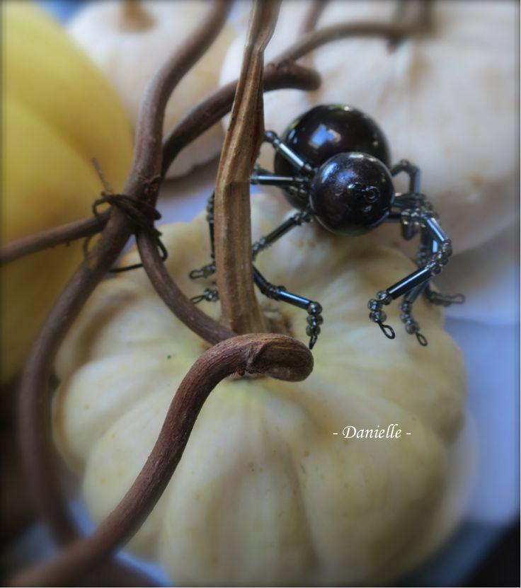 Araignée de fil et de perles pour la déco d'une fête Halloween
