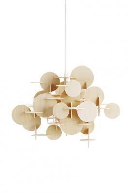 Bau Lampe Lille - Natur  Bau er en dekorativ lampe, der passer til en minimalistisk indretning eller en mere vovet bolig.  Bau lampen kommer i to forskellige versioner og i to farver: Multifarvet - Natur  Lyskilde E27 (stor fatning), max 60 Watt ved alm. pære og 11 watt ved energispare pære.  43,1 x 55,8 cm.  Materiale: Birketræ  S: 1400,-  MERE TEKST