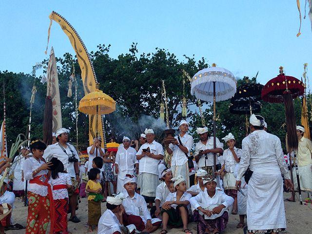 Merayakan Nyepi di Bali  Tahun Baru Saka atau biasa dikenal dengan Nyepi adalah hari sakral bagi umat Hindu Bali yang seperti kita ketahui memiliki cara yang unik dalam prosesi perayaannya, yaitu dengan bersunyi diri dan tidak melakukan aktivitas yang menggunakan listrik atau api.