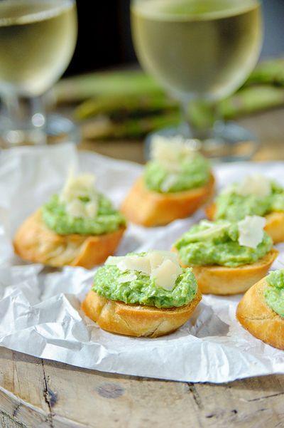 Bruschetta met puree van lente-uitjes en doperwten http://www.njam.tv/recepten/bruschetta-met-puree-van-lente-uitjes-en-doperwten