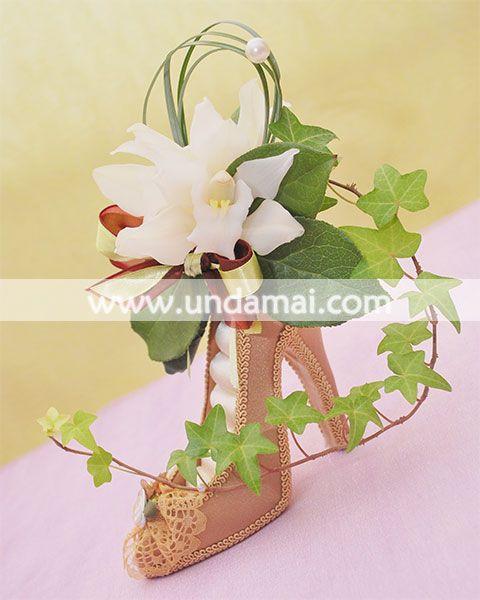 """Aranjament floral pentru 1-8 martie - """"Condur cu flori""""; realizat din orhidee Cimbidium si iedera"""