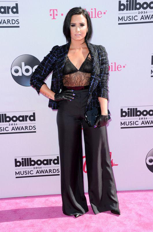 Demi Lovato combinó negro y azul en un look con chaqueta de tweed, pantalones palazzo y top lencero de Chanel.