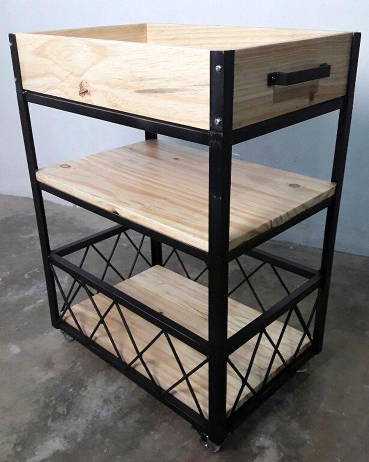 Carrinho de Bar. Fabricado por nós, unindo barras de ferro com tábuas de madeira Pinus. Ao melhor estilo 'decoração industrial'.
