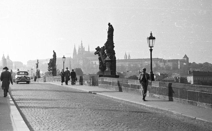 """Praha Neznámá on Twitter: """"Karlův most v roce 1954 FOTO: FORTEPAN / Fortepan https://t.co/NWWUxlQ9FA"""""""