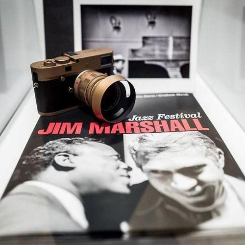 Компания Leica Camera AG и Jim Marshall Estate представляют коллекционный выпуск Leica M Monochrom Jim Marshall Set с объективом Leica Summilux-M 50mm f/1.4 ASPH.Фотографии Джима Маршалла хорошо знакомы любителям джаза блюза и рок-н-ролла. Маршалл запечатлел концертные выступления и закулисные моменты снял портреты и более 500 обложек альбомов легендарных музыкантов 1960-1970-х годов: Джими Хендрикса Дженис Джоплин Телониуса Монка Джона Колтрейна Боба Дилана Битлз Брайана Джонса Джонни Кэша…