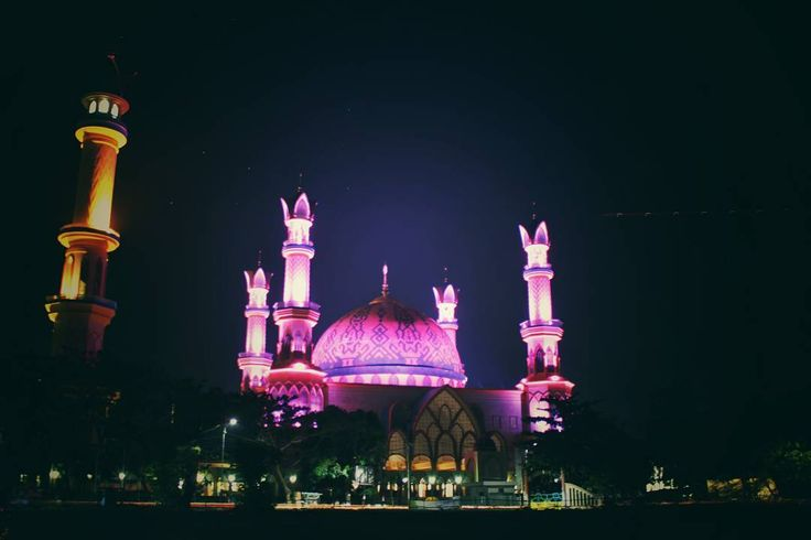 Masjid yang berdiri kokoh tersebut adalah bukti kekuatan masyarakat Lombok dalam membangun kehidupan beragama yang kokoh. Masjid Islamic Center Lombok adalah bangunan yang menghabiskan ratusan miliar dan merupakan usaha masyarakat Lombok sendiri.[Photo by instagram.com/adhityasaputra07]