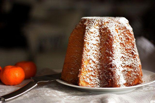 Le pandoro est un gâteau en forme d'étoile au cœur doré et moelleux. Tout comme le panettone, le pandoro est un produit phare des fêtes de Noël italiennes.
