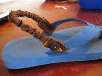 Как сшить держатели детских вьетнамок / Вьетнамки – это самая легкая летняя обувь без застежек и завязок. Именно поэтому они и пользуются такой популярностью у взрослых и детей. А так как дети намного рассеяннее взрослых, они могут такую обувь потерять. Давайте же мы сделаем такое приспособление, как держатель для вьетнамок. Нам понадобится: Ткань 20 см*2 см. Ткань 10 см *5 см. […]