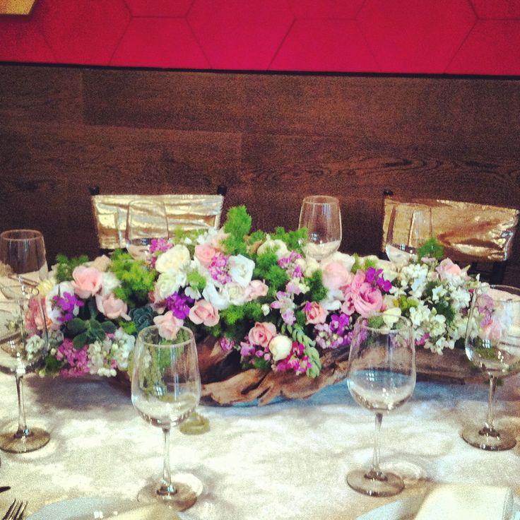Centro de mesa en tronco decorado con flores de temporada for Mesa de tronco
