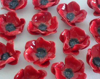 Voici les magnifiques fleurs de pavot rouges en céramique...  Les fleurs sont faits à la main par moi-même de largile, ont tiré dans un four et