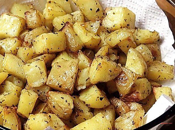 Лучший гарнир – картошка по-деревенски Готовится картошка по деревенски в духовке очень просто и быстро: всего за полчаса будет готов лучший гарнир к мясу или рыбе