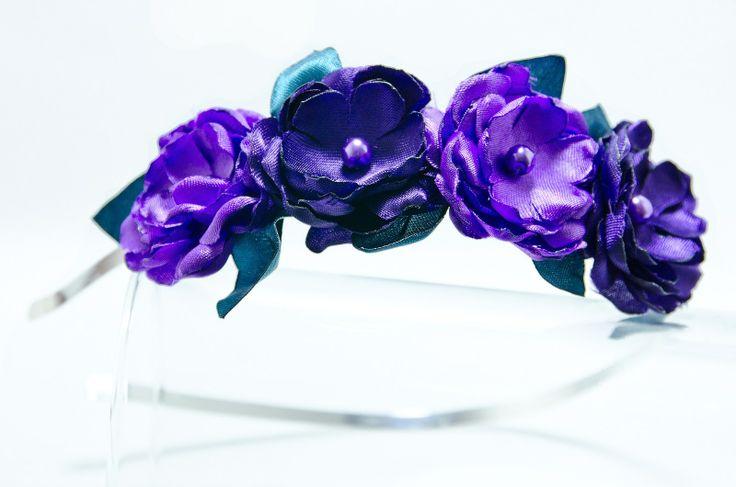 Čelenka fialkové květy s lístky Originální čelenka s ručně vyrobeným saténovými fialovými květy.Světlý a tmavý.Zelené lístky. Doplněný perličkami a korálky. Velikost květu: š3cm x 4ks s Kovová čelenka stříbrné barvy ,šíře 0,5cm. čelenku je možné i ve stříbrné barvě nebo plastovou. Čelenku je možné vyměnit za černou kovovou nebo plastovou .Stačí napsat ...