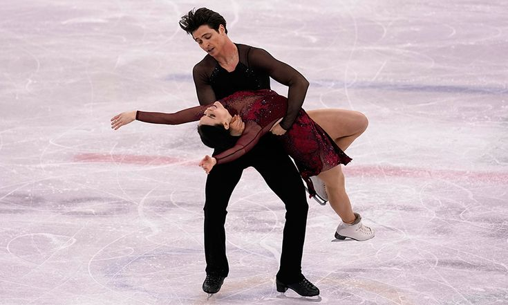 Scott Moir dipped his skating partner Tessa Virtue back during their performance. Photo: © Getty Images