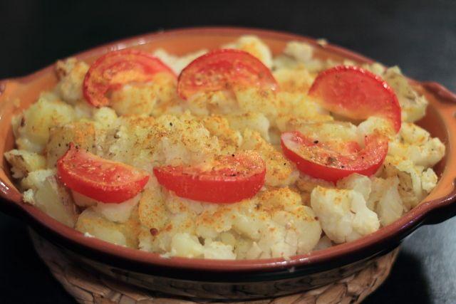 Bloemkool-aardappelschotel uit de oven met kokosroom, kerrie en gember